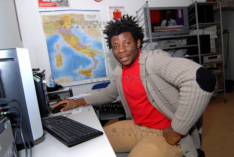 Parma / Italia<br /> Un rifugiato assistito dall'onlus CIAC di Parma segue un corso di formazione lavoro nell'ambito dell'informatica.<br /> Foto Livio Senigalliesi