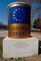 .Sarajevo / BIH 2012.Monumento alla carne in scatola distribuita dalle Nazioni Unite agli abitanti di Sarajevo durante l'assedio dall'1992 al 1995..L'ironica installazione posta nel centro della capitale bosniaca è stata ideata da Neboojsa Seric..Foto Livio Senigalliesi ...Sarajevo / BIH 2012.Sarajevo artist Nebojsa Seric raised a monument to canned beef ridiculing donors for providing such an unpopular food as humanitarian aid during the Bosnian capital's 1992-95 siege..Bosnians have accused the international community of not allowing them to defend themselves after imposing an arms embargo in the 1990s, while feeding them with outdated canned food instead..Photo Livio Senigalliesi