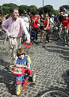 Migliaia di persone in bicicletta per le strade di Roma, 31 maggio 2008, per la Ciemmona, Critical Mass Interplanetaria. Thousands of people make their way by bicycle along Rome's streets, 31 may 2008, during the Interplanetary Critical Mass. .UPDATE IMAGES PRESS/Riccardo De Luca
