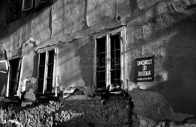 BOSNIA-HERZEGOVINA, Sarajevo, March 2003..10 years after the end of the war, I came for the first time in Sarajevo. I have in mind the images of the besieged city. The daily death, the impotence and the guilty inaction of the international community, the sad spectacle of a war in Europe. 10 years later, I walk the streets obsessed with the scars of war..The front of a house..BOSNIE-HERZEGOVINE, Sarajevo, Mars 2003..10 ans après la fin de la guerre, j'arrive pour la première fois à Sarajevo. J'ai encore en tête les images de la ville assiégée. La mort quotidienne, l'impuissance voire l'inaction coupable de la communauté internationale, le spectacle désolant d'une guerre en Europe. 10 après, je déambule dans les rues obsédé par les stigmates de la guerre..La façade d'une maison..© Bruno Cogez