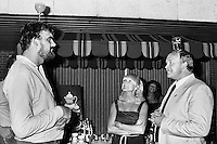 1982, Hilversum, Dutch Open, Melkhuisje, Een wedstrijd glas op hoofd tijdens de playersnight tussen Rob Hoogland (Telegraaf) en Maurice Hermans
