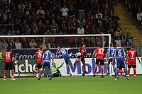 Mehdi Mahdavikia (Eintracht Frankfurt) blockt den Schuss von Sebastian Freis (Karlsruher SC), bevor Maik Franz zum 0:1 abstaubt