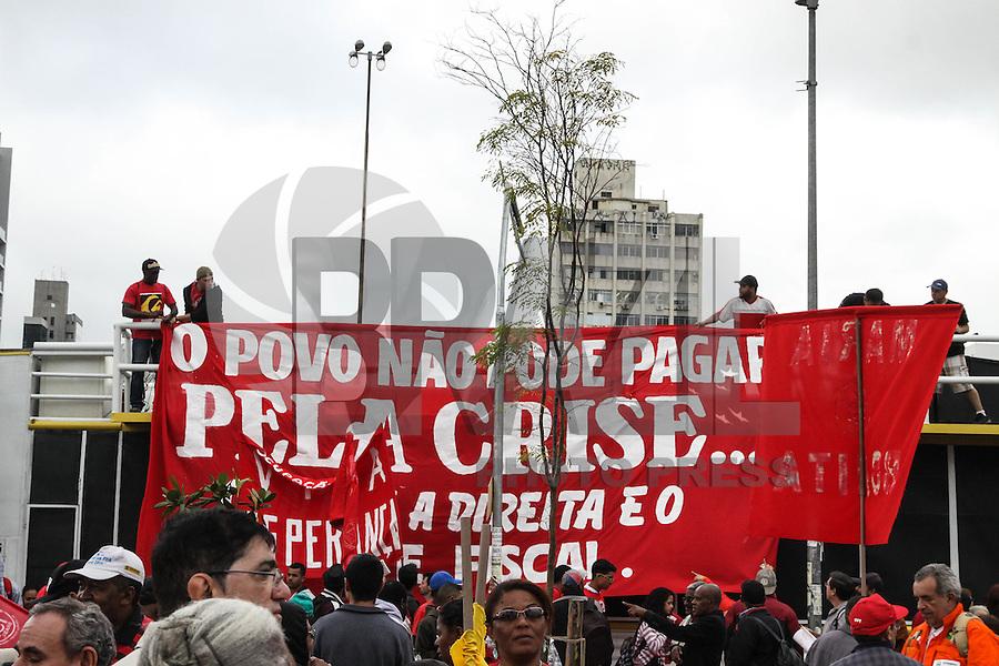SÃO PAULO, SP, 20.08.2015 - PROTESTO-SP - Integrantes de centrais sindicais e movimentos sociais se reúnem para ato em defesa da presidente Dilma Rousseff e contra o seu impeachment, no Largo da Batata, em Pinheiros, na zona oeste de São Paulo, na tarde desta quinta-feira,20. (Foto: Marcos Moraes / Brazil Photo Press)
