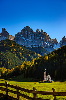 Italien, Suedtirol (Trentino - Alto Adige), Dolomiten, Villnoess Tal: Kirche St. Johann in Ranui vor der Geislergruppe im Naturpark Puez-Geisler | Italy, South Tyrol, Alto Adige, Dolomites, Val di Funes: church San Giovanni in Ranui and Le Odle mountains at natural park Puez-Odle