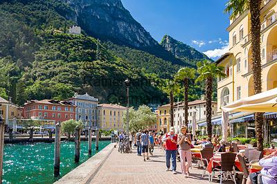 Italy, Trentino, Riva del Garda: popular holiday resort at Lake Garda (Lago di Garda), lakeside cafes at promenade Lungolago   Italien, Trentino, Riva del Garda: beliebter Urlaubsort am Nordufer des Gardasees, Cafés an der Seepromenade (Lungolago)