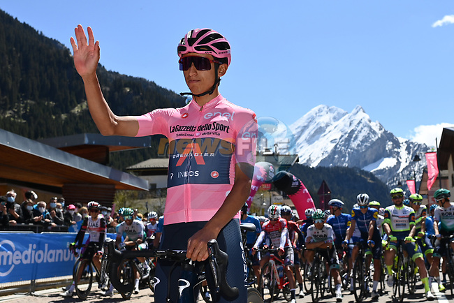 Race leader Maglia Rosa Egan Bernal (COL) Ineos Grenadiers lines up for the start of Stage 17 of the 2021 Giro d'Italia, running 193km from Canazei to Sega Di Ala, Italy. 26th May 2021.  <br /> Picture: LaPresse/Gian Mattia D'Alberto | Cyclefile<br /> <br /> All photos usage must carry mandatory copyright credit (© Cyclefile | LaPresse/Gian Mattia D'Alberto)
