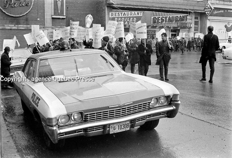 Sujet : Grèvistes<br /> Date : novembre 1968<br /> Photographe : Photo Moderne<br /> Collection: Jocelyn Paquet<br /> Numéro: 12439<br /> Historique de diffusion:Fonctionnaires  en greve a Quebec, novembre 1968.<br /> <br /> Photographe : Photo Moderne