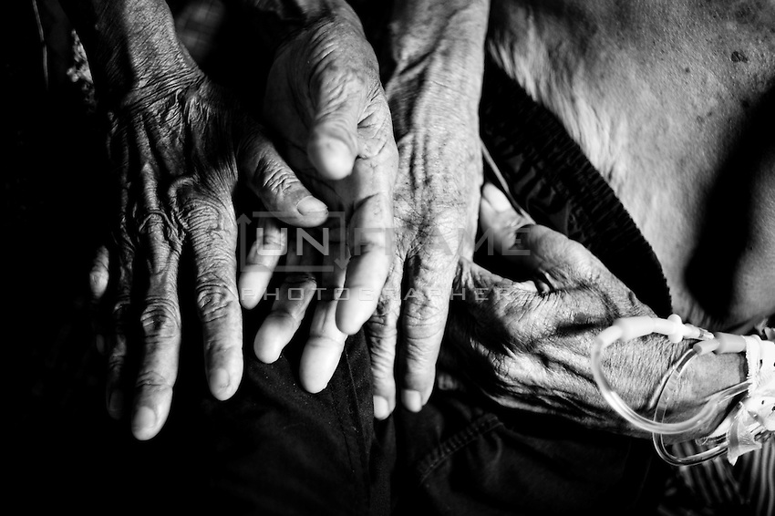 In spite of a hard time, the  hands of this couple, entwined for more than 60 years,  can not be loosen yet.