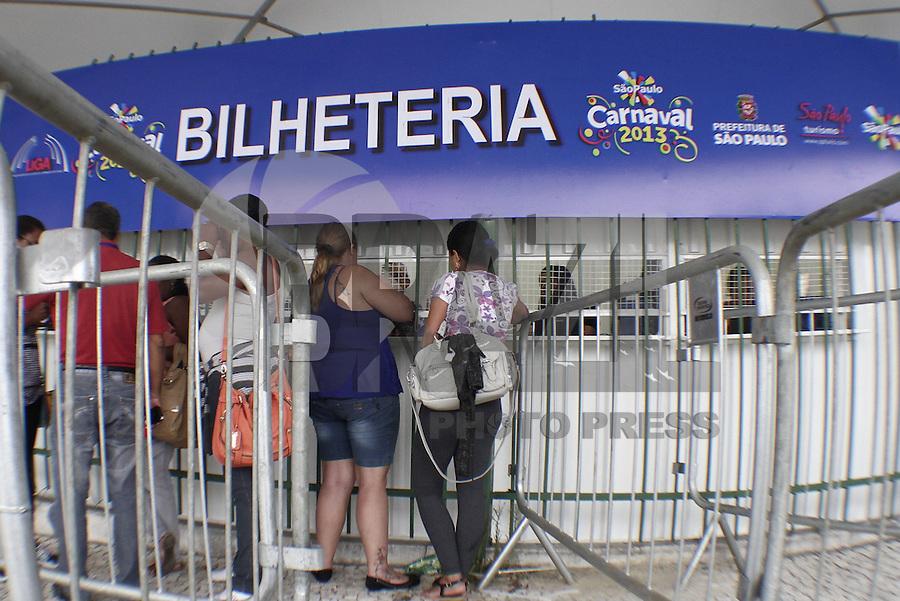SÃO PAULO, SP, 10 JANEIRO DE 2013  - INGRESSOS CARNAVAL 2013 - Movimentacao de pessoas no primeiro dia de vendas de ingressos para o Carnaval 2013 nas bilheterias do Anhembi, na tarde dessa quinta-feira, 10, zona norte da capital paulista -   FOTO LOLA OLIVEIRA - BRAZIL PHOTO PRESS