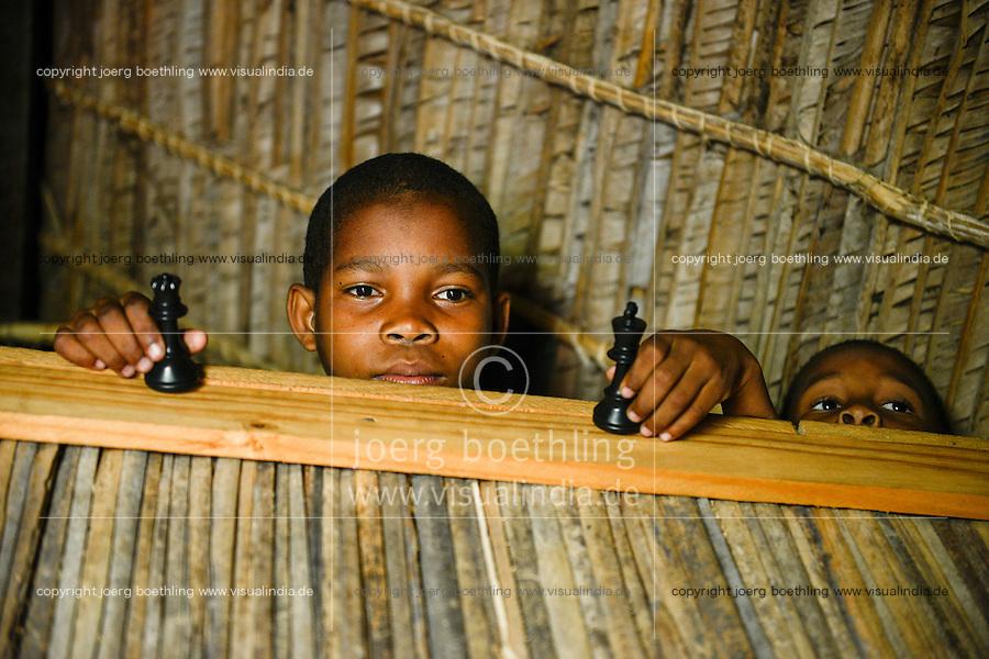 MADAGASCAR, Mananjary, tribe ANTAMBAHOAKA, fady, according to the rules of their ancestors twin children are a taboo and not accepted in the society, the orphanage TSARAZAZA Center takes care for abandoned twins  / MADAGASKAR, Zwillinge sind ein Fady oder Tabu beim Stamm der ANTAMBAHOAKA in der Region Mananjary, Waisenhaus TSARAZAZA Center betreut Zwillingskinder die ausgesetzt oder von ihren Eltern abgegeben wurden, Zwilling PIERRE