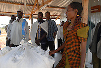 "Afrika Ostafrika Tanzania Tansania .biore Biobaumwolle Projekt der Schweizer Remei AG in Meatu , Traningscenter für Bauern und Farmer - Landwirtschaft ländliche Entwicklung Baumwolle Bio Bauer Bauern ernten Pflanze Baumwollpflanze Naturfaser Faser Baumwollfaser Baumwolle Baumwollernte cotton made in africa xagndaz | .Africa east africa Tanzania .organic cotton project biore of swiss yarn trader Remei AG in Meatu district , training center for farmer - development farming farmer peasant rural cultivation fibre harvest cotton plant renewable ressource nature fibre .| [ copyright (c) Joerg Boethling / agenda , Veroeffentlichung nur gegen Honorar und Belegexemplar an / publication only with royalties and copy to:  agenda PG   Rothestr. 66   Germany D-22765 Hamburg   ph. ++49 40 391 907 14   e-mail: boethling@agenda-fototext.de   www.agenda-fototext.de   Bank: Hamburger Sparkasse  BLZ 200 505 50  Kto. 1281 120 178   IBAN: DE96 2005 0550 1281 1201 78   BIC: ""HASPDEHH"" , Nutzung nur für redaktionelle Zwecke, bitte um Rücksprache bei Nutzung zu Werbezwecken! ] [#0,26,121#]"