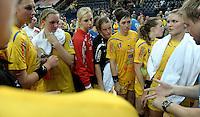 """1. Bundesliga Handball Damen - Frauen Handball BL DHB - Arena Leipzig - HC Leipzig : TSV Bayer 04 Leverkusen """"Handballelfen"""" - im Bild: Traineransprache nach dem Sieg - v.l. Luisa Schulze, Anne Ulbricht, Torfrau Katja Schuelke, Maike Daniels, Anne Müler, Louise Lyksborg, Natalie Augsburg, Trainer Heine Jensen . Foto: Norman Rembarz..Norman Rembarz , Autorennummer 41043728 , Augustenstrt. 2, 04317 Leipzig, Tel.: 01794887569, Hypovereinsbank: BLZ: 86020086, KN: 357889472, St.Nr.: 231/261/06432 - Jegliche kommerzielle Nutzung ist honorar- und mehrwertsteuerpflichtig! Persönlichkeitsrechte sind zu wahren. Es wird keine Haftung übernommen bei Verletzung von Rechten Dritter. Autoren-Nennung gem. §13 UrhGes. wird verlangt. Weitergabe an Dritte nur nach  vorheriger Absprache.."""