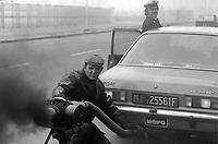 - Milano 1984, Vigili Urbani, controllo gas di scarico delle automobili diesel<br /> <br /> - Milan 1984, traffic police, exhaust gas control of diesel cars