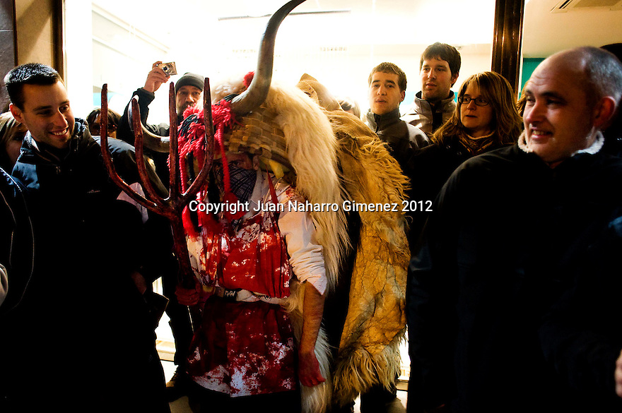 """The Momotxorro is a character of unknown origin Alsasua Carnival: is half man and half bull.<br /> <br /> The custom disappeared in the 1930s, and recovered in 1990, although this did not please the old people of the place, as the memory of these characters was linked to stories of looting, theft and even sexual assault.<br /> <br /> It is one of the characters in the Basque carnival more violent and sexual charge: through the streets with his sarde (the gallows) frightening and """"attacking"""" who are in its path, and into people's houses to """"loot"""" inside . Have horns and covered their faces with handkerchiefs or horsehair. They wear a white shirt stained with blood, and sheepskins. They wear blue pants, white socks and sandals. Noise rise bells sewn sheepskin or hung around the waist."""