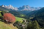 Italy, South Tyrol, Alto Adige, Dolomites, San Cipriano with Catinaccio, Torri del Vajolet and Cima di Antermoia mountains | Italien, Suedtirol, Dolomiten, St. Zyprian mit Rosengarten, Vajolettuerme und Keselkogel