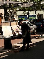 NEW YORK-NY-29-04-2012.  Un ciudadano mira el mapa de rutas en una calle en la ciudad de NuevaYork , abril 29 de 2012.  A citizen looks at the route map on a street in the city of New York, (Photo: VizzorImage/Luis Ramirez)........