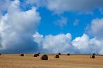 Europa, DEU, Deutschland, Hessen, Kellerwald, Bad Zwesten, Agrarlandschaft, Feld, Nach der Getreideernte, Strohballen, Wolkenstimmung, Cumuluswolken, , Kategorien und Themen, Natur, Umwelt, Landschaft, Landschaftsfotos, Landschaftsfotografie, Landschaftsfoto, Wetter, Wetterelemente, Wetterlage, Wetterkunde, Witterung, Witterungsbedingungen, Wettererscheinungen, Meteorologie, Wettervorhersage<br /> <br /> [Fuer die Nutzung gelten die jeweils gueltigen Allgemeinen Liefer-und Geschaeftsbedingungen. Nutzung nur gegen Verwendungsmeldung und Nachweis. Download der AGB unter http://www.image-box.com oder werden auf Anfrage zugesendet. Freigabe ist vorher erforderlich. Jede Nutzung des Fotos ist honorarpflichtig gemaess derzeit gueltiger MFM Liste - Kontakt, Uwe Schmid-Fotografie, Duisburg, Tel. (+49).2065.677997, archiv@image-box.com, www.image-box.com]