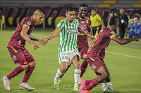 IBAGUE - COLOMBIA, 30-03-2021: Juan David Rios del Tolima disputa el balón con Andres Andrade de Nacional durante partido entre Deportes Tolima y Atlético Nacional por la fecha 16 como parte de la Liga BetPlay DIMAYOR I 2021 jugado en el estadio Manuel Murillo Toro de la ciudad de Ibagué. / Juan David Rios of Tolima struggles the ball with Andres Andrade of Nacional during match between Deportes Tolima and Atletico Nacional for the date 16 as part of BetPlay DIMAYOR League I 2021 played at Manuel Murillo Toro stadium in Ibague. Photo: VizzorImage / Juan Torres / Cont