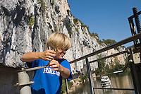 Europe/France/Midi-Pyrénées/46/Lot/Saint-Cirq-Lapopie: Navigation fluviale sur la vallée du Lot  à l'écluse de Ganil  Auto N°: 2008-213