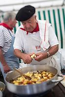 France, Pyrénées-Atlantiques (64), Pays-Basque, Saint-Jean-de-Luz: Lors des Fêtes de la mer - Concours de Ttoro, plat traditionnel des pêcheurs, à base de poissons: lotte, merlu, congre, par l'amicale des anciens marins // France, Pyrenees Atlantiques, Basque Country, Saint Jean de Luz:  During the Sea Festival, Ttoro contest, traditional dish of the fishermen, with fish: monkfish, hake, conger, by the friendly ancient fishermen [Autorisation N°: 2014-167]