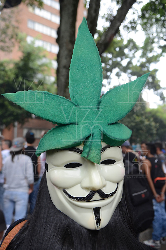 MEDELLÍN - COLOMBIA, 02-05-2015. Un hombre viste una mascara en favor de la marihuana durante la Séptima Marcha Mundial de La marihuana hoy 02 de mayo de 2015 en la ciudad de Medellín, Colombia./ A man wears a mask in support of the marijuana during the 7ª World March of Marijuana today May 2 of 2015 in Medellin City. Photo: VizzorImage/ León Monsalve /Cont
