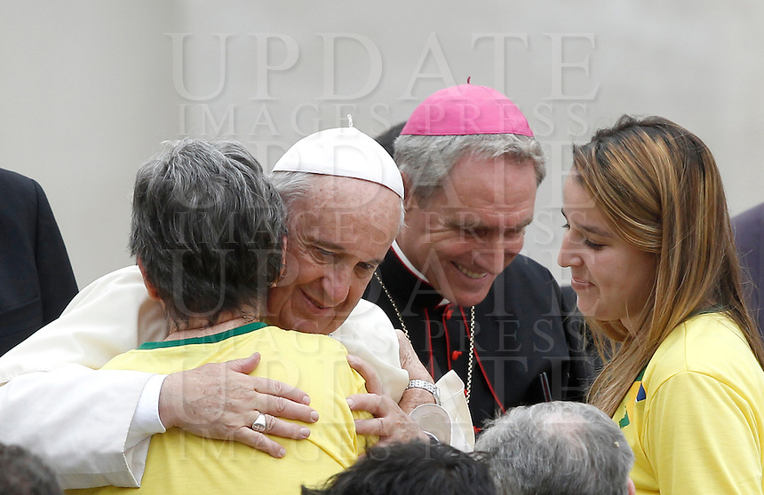Papa Francesco saluta alcuni fedeli al termine dell'udienza generale del mercoledi' in Piazza San Pietro, Citta' del Vaticano, 31 agosto 2016.<br /> Pope Francis greets faithful at the end of his weekly general audience in St. Peter's Square at the Vatican, 31 August 2016.<br /> UPDATE IMAGES PRESS/Isabella Bonotto<br /> <br /> STRICTLY ONLY FOR EDITORIAL USE