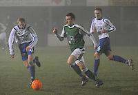 KM Torhout - KSV Temse..Yannick Dekeyzer aan de haal met de bal. Jonas Vandermarliere (links) en Kevin Leemans (rechts) proberen hem te volgen..foto VDB / BART VANDENBROUCKE