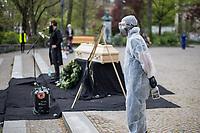 """Mit einer Protestaktion """"Trauerfeier fuer die Demokratie"""" protestierte am Sonntag den 26. April 2020 auf dem Berliner Mariannenplatz in Kreuzberg eine """"Aktion Eigensinn"""" gegen die Einschraenkungen im Zuge der Massnahmen zur Eindaemmung der Covid-19-Pandemie. Sie stellten einen Holzsarg auf forderten anwesende Menschen auf Plakate und Schilder abzulegen und Reden ueber die momentane Corona-Krisensituation zu halten. Bei diesen Reden wurden von Teilnehmern zum Teil Verschwoerungstheorien verbreitet, so sei z.B. die Krise ein lange vorbereiteter Plan der Regierenden und Freiheitsrechte einzuschraenken.<br /> Im Bild: Der """"Desinfektionsbeauftrage"""" der Gruppe """"Aktion Eigensinn"""".<br /> 26.4.2020, Berlin<br /> Copyright: Christian-Ditsch.de<br /> [NUR FUER REDAKTIONELLE ZWECKE! Werbung nur auf Anfrage beim Fotografen. Inhaltsveraendernde Manipulation des Fotos nur nach ausdruecklicher Genehmigung des Fotografen. Vereinbarungen ueber Abtretung von Persoenlichkeitsrechten/Model Release der abgebildeten Person/Personen liegen nicht vor. NO MODEL RELEASE! Don't publish without copyright Christian-Ditsch.de, Veroeffentlichung nur mit Fotografennennung, sowie gegen Honorar, MwSt. und Beleg. Konto: I N G - D i B a, IBAN DE58500105175400192269, BIC INGDDEFFXXX, Kontakt: post@christian-ditsch.de<br /> Bei der Bearbeitung der Dateiinformationen darf die Urheberkennzeichnung in den EXIF- und  IPTC-Daten nicht entfernt werden, diese sind in digitalen Medien nach §95c UrhG rechtlich geschuetzt. Der Urhebervermerk wird gemaess §13 UrhG verlangt.]"""