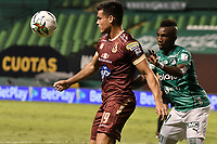 PALMIRA - COLOMBIA, 31-10-2020: Kevin Velasco del Cali disputa el balón con Francisco Rodriguez del Tolima durante partido entre Deportivo Cali y Deportes Tolima por la fecha 17 de la Liga BetPlay DIMAYOR 2020 jugado en el estadio Deportivo Cali de la ciudad de Palmira. / Kevin Velasco of Cali vies for the ball with Francisco Rodriguez of Tolima during match between Deportivo Cali and Deportes Tolima for the date 17 as part of BetPlay DIMAYOR League 2020 played at Deportivo Cali stadium in Palmira city.  Photo: VizzorImage / Gabriel Aponte / Staff