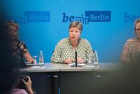 Auf der Senatspressekonferenz am Dienstag den 18. Juni 2019 stellte die Senatorin fuer Stadtentwicklung und Wohnen, Katrin Lompscher (Mitte) den ab Januar 2020 geplanten Mietendeckel vor. Fuer die Mieterinnen sollen die Mieten durch die Deckelung der Miete fuer fuenf Jahre nicht mehr steigen.<br /> 18.6.2019, Berlin<br /> Copyright: Christian-Ditsch.de<br /> [Inhaltsveraendernde Manipulation des Fotos nur nach ausdruecklicher Genehmigung des Fotografen. Vereinbarungen ueber Abtretung von Persoenlichkeitsrechten/Model Release der abgebildeten Person/Personen liegen nicht vor. NO MODEL RELEASE! Nur fuer Redaktionelle Zwecke. Don't publish without copyright Christian-Ditsch.de, Veroeffentlichung nur mit Fotografennennung, sowie gegen Honorar, MwSt. und Beleg. Konto: I N G - D i B a, IBAN DE58500105175400192269, BIC INGDDEFFXXX, Kontakt: post@christian-ditsch.de<br /> Bei der Bearbeitung der Dateiinformationen darf die Urheberkennzeichnung in den EXIF- und  IPTC-Daten nicht entfernt werden, diese sind in digitalen Medien nach §95c UrhG rechtlich geschuetzt. Der Urhebervermerk wird gemaess §13 UrhG verlangt.]