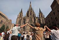 Spanien, Katalonien, Barcelona.Saradana-Tanz vor der Kathedrale