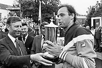 1979, Hilversum, Dutch Open, Melkhuisje, Minister van Agt overhandigd de beker aan winnaar Taroczy