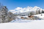 Austria, Tyrol, near ski resort Going: Tyrolean farmhouses and Wilder Kaiser Mountains | Oesterreich, Tirol, bei Going: Tiroler Bauernhaeuser vor dem Wilden Kaiser Gebirge
