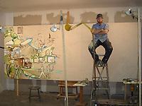 Yannick Picard, artiste canadien en pleine ascension, prend une pause bien méritée avant de poursuivre la création de la murale qui sera dévoilée aujourd'hui aux bureaux de la société mère d'UPS à Atlanta dans le cadre des célébrations des cent ans de service d'UPS. (Group CNW/United Parcel Service Canada Ltee)