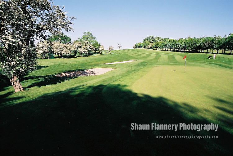 Pix: Shaun Flannery/shaunflanneryphotography.com...COPYRIGHT PICTURE>>SHAUN FLANNERY>01302-570814>>07778315553>>..18th May 2004..............Hickleton Golf Club, Lidgett Lane, Hickleton, Doncaster, DN5 7BE..Golf Course - 18th green.