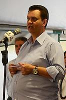 SÃO PAULO, SP, 05 DE JANEIRO DE 2012 -  KASSAB CONTRATAÇÃO DE MORADORES DE ALBERGUE - Prefeito Gilberto Kassab que fala aos novos contratados, da parceria entre a Prefeitura de São Paulo e o Seac - Sindicato das Empresas de Asseio e Conservação do Estado de São Paulo, na manhã desta quinta-feira, 05.Evento ocorreu no Espaço de Convivência - Creas POP Bela Vista.  FOTO: ALEXANDRE MOREIRA - NEWS FREE.