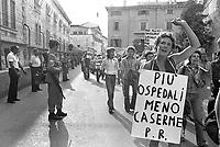 - Manifestazione pacifista davanti al carcere militare di Peschiera, giugno 1975<br /> <br /> - Anti-war demonstration in front of the Peschiera military prison, June 1975