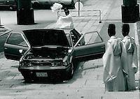 Shinto-Priester segnen Auto, Tokyo, Japan