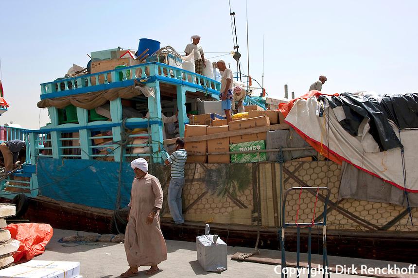 Dhau  (Schiff)  am Creek, Dubai, Vereinigte arabische Emirate (VAE, UAE)