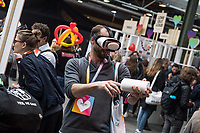 """11. re:publica-Konferenz in Berlin<br /> Vom 8. bis 10. Mai 2017 findet in Berlin die elfte re:publica-Konferenz in Berlin unter dem Motto """"Love Out Loud"""" statt. Die Veranstalter wollen mit dem Motto """"Love Out Loud!"""" (LOL fuer positiv Denkende) ein """"Zeichen fuer Engagement und Emanzipation in der digitalen Gesellschaft setzen"""".<br /> Die Konferenz zum Thema Internet und digitale Gesellschaft bietet auf bis zu 18 Buehnen parallel mehr als 500 Stunden Programm. Ein guter Teil davon dreht sich um netzpolitische Fragestellungen aller Art. Erwartet werden ca. 8.000 Veranstaltungsteilnehmer.<br /> Im Bild: Ein Besucher probiert eine VR-Brille.<br /> 8.5.2017, Berlin<br /> Copyright: Christian-Ditsch.de<br /> [Inhaltsveraendernde Manipulation des Fotos nur nach ausdruecklicher Genehmigung des Fotografen. Vereinbarungen ueber Abtretung von Persoenlichkeitsrechten/Model Release der abgebildeten Person/Personen liegen nicht vor. NO MODEL RELEASE! Nur fuer Redaktionelle Zwecke. Don't publish without copyright Christian-Ditsch.de, Veroeffentlichung nur mit Fotografennennung, sowie gegen Honorar, MwSt. und Beleg. Konto: I N G - D i B a, IBAN DE58500105175400192269, BIC INGDDEFFXXX, Kontakt: post@christian-ditsch.de<br /> Bei der Bearbeitung der Dateiinformationen darf die Urheberkennzeichnung in den EXIF- und  IPTC-Daten nicht entfernt werden, diese sind in digitalen Medien nach §95c UrhG rechtlich geschuetzt. Der Urhebervermerk wird gemaess §13 UrhG verlangt.]"""