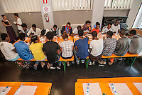 A Como nelle ultime settimane sono arrivati centinaia di profughi con la speranza di attraversare la frontiera con la Svizzera e giungere poi in Germania. Per rispondere a questa enmergenza la Caritas di Como ha organizzato presso l'oratorio di Sant'Eusebio una mensa