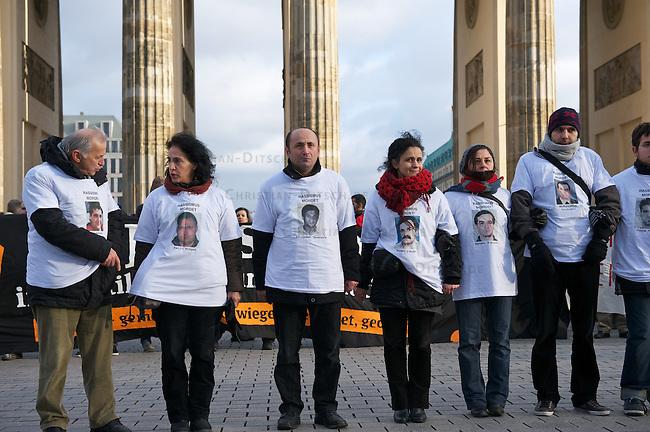 """Demonstration gegen Rassismus in Berlin.<br /> Anlaesslich des Internationalen Tag der<br /> Menschenrechte demonstrierten am Samstag den 10. Dezember 2011 mehr als 1000 Menschen in Berlin gegen """"institutionellen Rassismus und alltaeglichen<br /> Rassismus"""".<br /> Im Bild: Sie erinnerten namentlich an Enver Simsek, Abdurrahim Oezuedogru, Sueleyman Taskoeprue, Habil K?l?c, Yunus<br /> Turgut, Ismail Yasar, Theodoros Boulgarides, Mehmet Kubasik und Halit<br /> Yozgat die zwischen 2000 und 2006 von Neofaschisten des sog. Nationalsozialistischen Untergrund (NSU) kaltbluetig ermordet wurden.<br /> Aufgerufen zu der Demonstration hatte der Migrationsrat Berlin Brandenburg e.V.<br /> 10.12.2011, Berlin<br /> Copyright: Christian-Ditsch.de<br /> [Inhaltsveraendernde Manipulation des Fotos nur nach ausdruecklicher Genehmigung des Fotografen. Vereinbarungen ueber Abtretung von Persoenlichkeitsrechten/Model Release der abgebildeten Person/Personen liegen nicht vor. NO MODEL RELEASE! Nur fuer Redaktionelle Zwecke. Don't publish without copyright Christian-Ditsch.de, Veroeffentlichung nur mit Fotografennennung, sowie gegen Honorar, MwSt. und Beleg. Konto: I N G - D i B a, IBAN DE58500105175400192269, BIC INGDDEFFXXX, Kontakt: post@christian-ditsch.de<br /> Bei der Bearbeitung der Dateiinformationen darf die Urheberkennzeichnung in den EXIF- und  IPTC-Daten nicht entfernt werden, diese sind in digitalen Medien nach §95c UrhG rechtlich geschuetzt. Der Urhebervermerk wird gemaess §13 UrhG verlangt.]"""