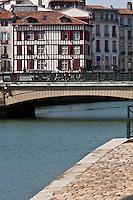 Europe/France/Aquitaine/64/Pyrénées-Atlantiques/Pays-Basque/Bayonne:  Maisons quai Amiral Dubourdieu sur les bords de la Nive