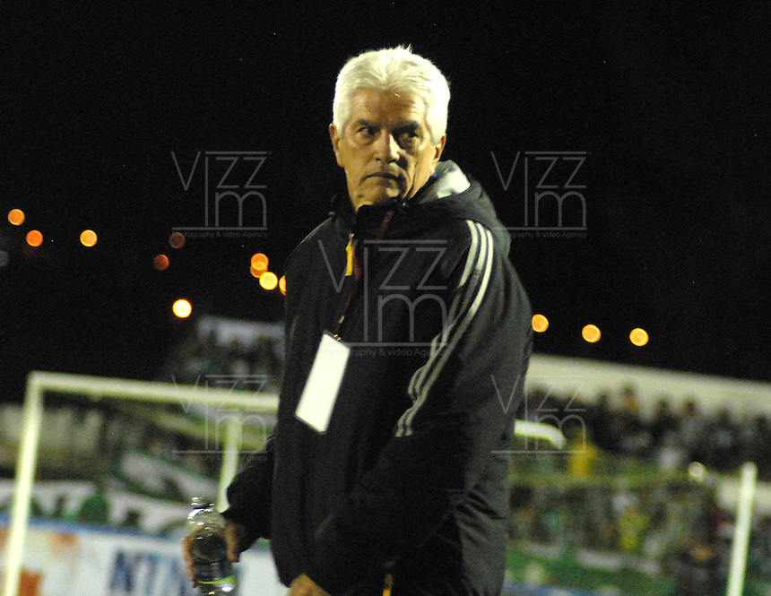 TUNJA  -COLOMBIA- 13-10--2013. Julio Avelino Comesaña director técnico de Patriotas de Boyacá. Juego correspondiente al partido entre los equipos Patriotas de Boyacá y Atlético Nacional de Medellin, partido de la  Liga Postobón segundo semestre disputado en el estadio La Independencia / Julio Avelino Comesa–a coach of Patriotas de Boyaca. Action game for the game between the Patriots team Boyaca and Atletico Nacional Medellin, game in the second half Postoebon League played in Independence Stadium.Photo: VizzorImage / Jose Miguel Palencia / Stringer