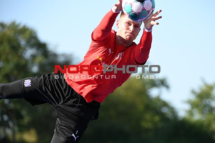 15.09.2020, Sportpark Illoshöhe, Osnabrück, GER, 2. FBL, Training VfL Osnabrueck <br /> <br /> im Bild<br /> Moritz Nicolas (VfL Osnabrück, 1) mit einer Parade, hält einen Ball.<br /> <br /> Foto © nordphoto / Paetzel