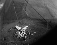 """Lieu-dit Le Barthas, nord ouest de la commune de Revel (Haute-Garonne). 20 avril 1962. Vue aérienne des débris d'avion au milieu d'un champ après le crash du prototype """"Bréguet Atlantic 02"""" lors d'un vol d'essai. Les trois membres d'équipage Yves Brunaud, Alain Richard et Rémy Raymond, sont morts dans l'acciden"""