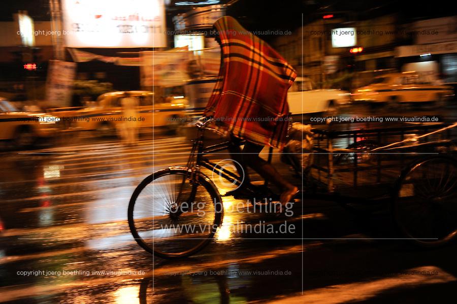 INDIA West Bengal, Kolkata, bicycle rickshaw at night / INDIEN Westbengalen Kalkutta, Transportmittel Fahrrad-Rikscha bei Nacht