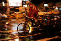 INDIA West Bengal, Kolkata, bicycle rickshaw at night / INDIEN Westbengalen Kalkutta, Transportmittel Fahrrad-Rikscha bei Nacht
