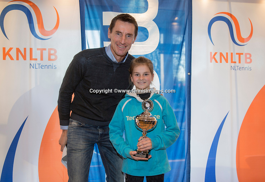 Hilversum, Netherlands, December 4, 2016, Winter Youth Circuit Masters,  2 nd th place girls 12 years,  Rose Marie Nijkamp with Fedcup captain Paul Haarhuis. <br /> Photo: Tennisimages/Henk Koster