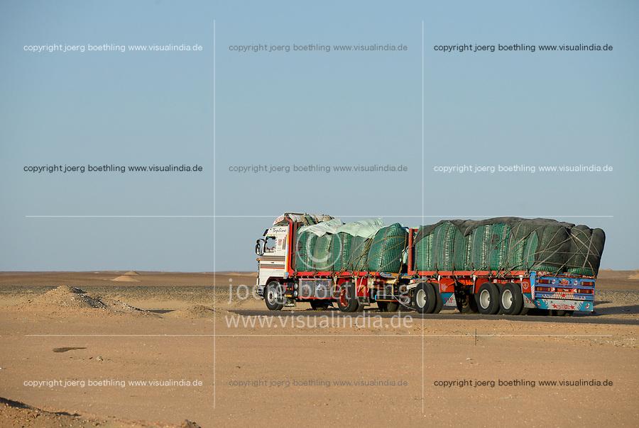 EGYPT, Farafra, truck transport potatos for chipsy Egypt a Pepsico enterprise from desert farms to Cairo for production of potato chips / AEGYPTEN, Farafra, LKW transportiert Kartoffeln aus Wuestenfarmen nach Kairo und zum Export